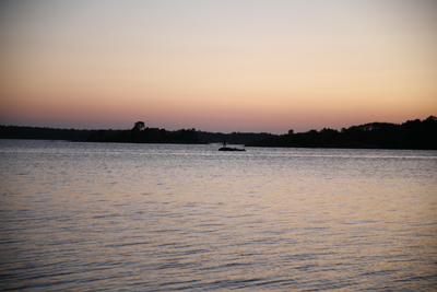 Fortfarande Kråkelunds skärgård, men annan solnedgång. Jag har rott ut till en kobbe för att fiska. Mitt tålamod räckte till åtta kast.