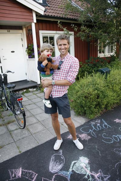 Här står jag utanför mitt barndoms hem: Norensbergsgatan 54 i Örebro. Where the legend began!
