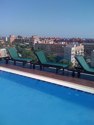 Avslutar med en poolbild från taket på hotellet.