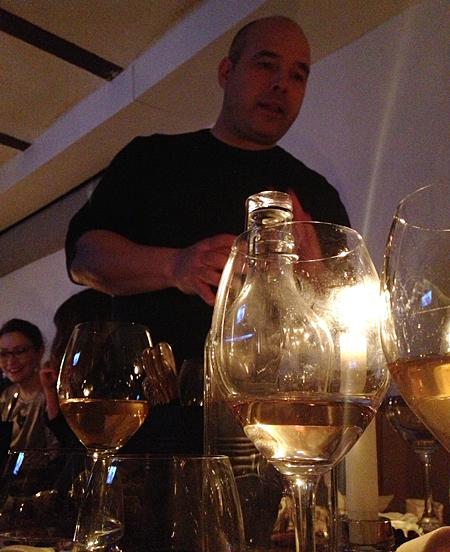 Pontus Elfosson presenterar vinerna