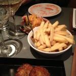 Nerifrån och upp: crabcake, pommes och pilgrimsmusslor