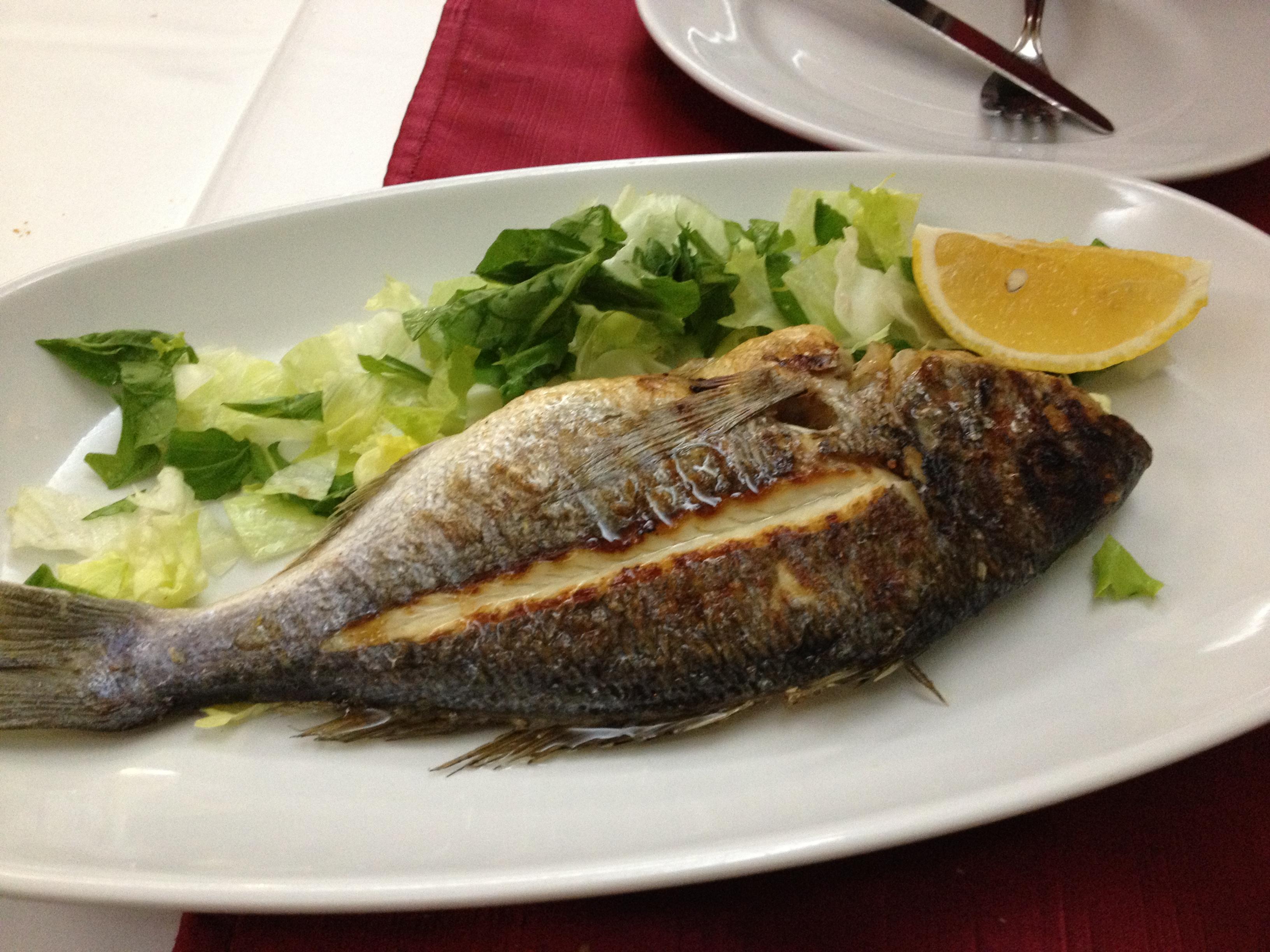 En grillad fisk.