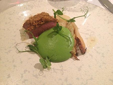 Lamm, gröna ärtor och spetskål