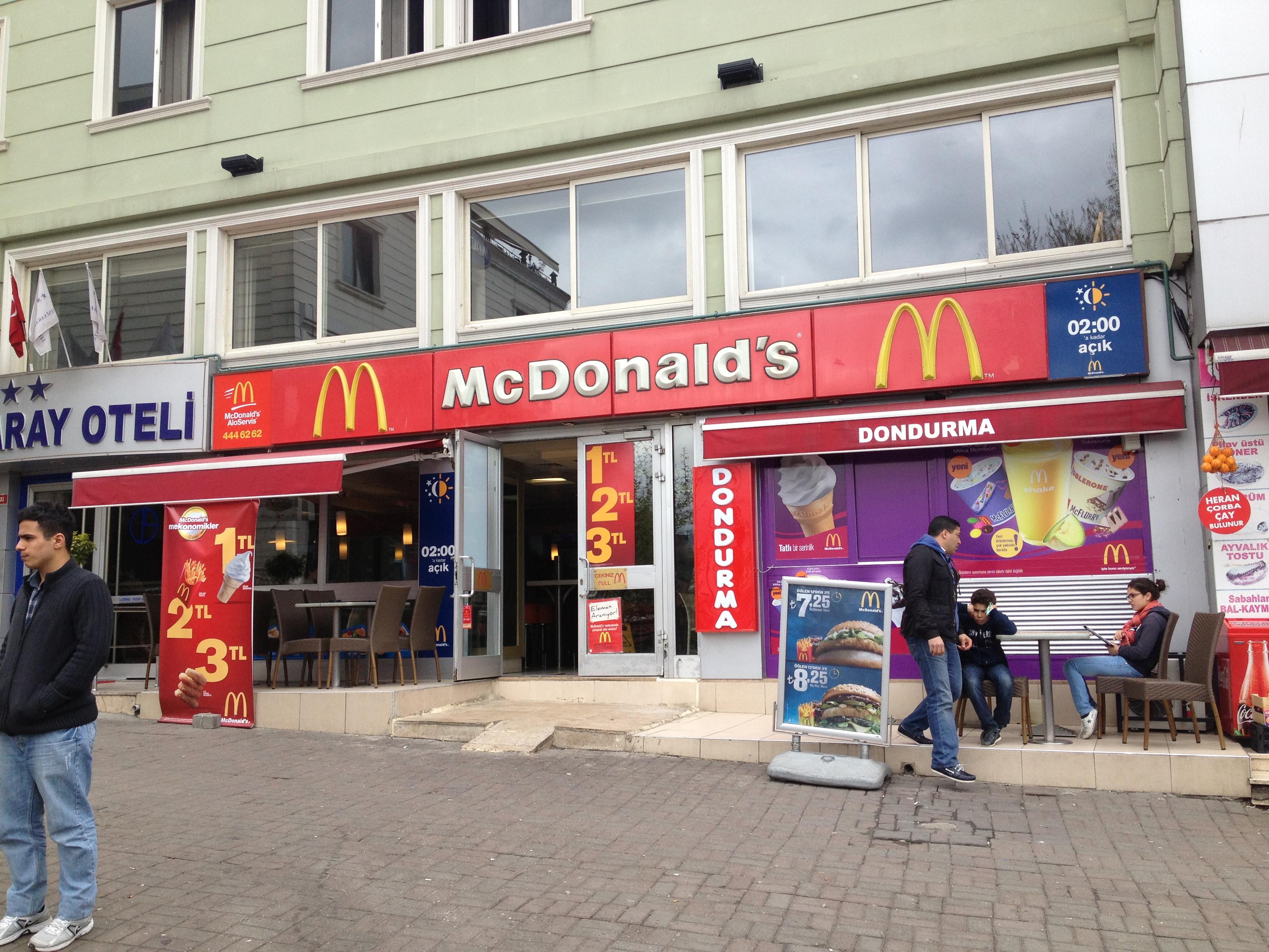 När vi tog färjan över till asiatiska sidan var jag spänd över att få se blågula McDonalds, eftersom jag hört att McDonalds i Istanbul är de enda McDonalds som inte är rödgula. Anledningen är att Galatasary är rödgula och Fenerbache (asiatiska sidans lag) är blågula. Men så besviken jag blev tills..